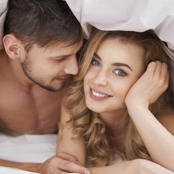 Verliefd koppel in bed VIERKANT