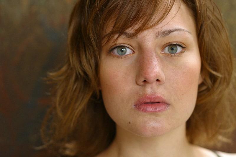 Wat doet een anti-aging crème eigenlijk, vraagt deze mooie vrouw zich af